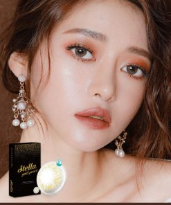 A girl wears Ann365 Stella Gold Pearl Colored contact lens
