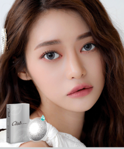 A Korean girl wears Ann365 Club Siver Pearl colored contact lens