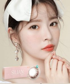 A beautiful Asian Girl wear Ann365 Ann Silian Daily Color contact lens