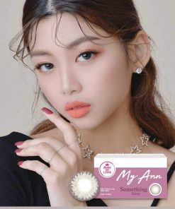 A Korean Girl wears Ann365 MY ANN Somthing Gray Color contact lens