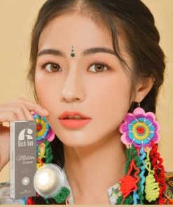 A Asian girl wears Ann365 Rich Ann Mellow Brown color contact lens